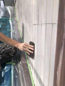 小牧市にて外壁塗装工事 ~ケレン作業とサビ止め塗布~