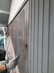 小牧市にて外壁塗装工事 ~トタン壁の中塗り~